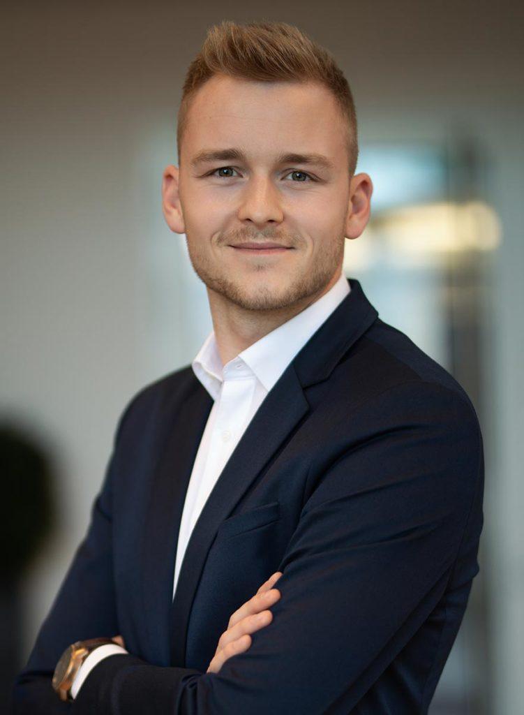 Dennis Gabriel, Versicherungsexperte